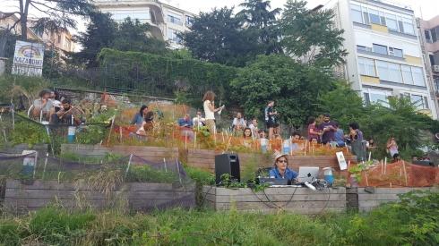 """(2)-Preparación-de-la-celebración-por-la-caída-de-los-""""Beyoglu-Plans""""-(Julio-2017)-©-Basak-Durgun-para-LOFscapes"""